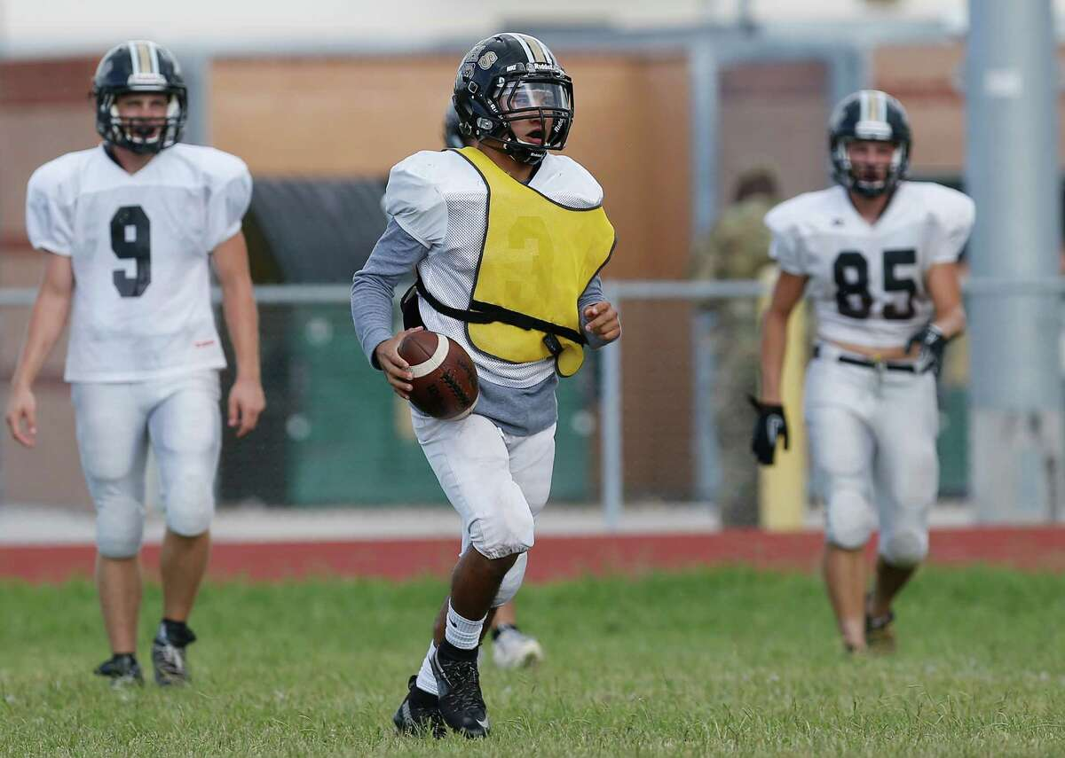 Edison running back Matthew Garcia (center) practices on Sept. 6, 2016.
