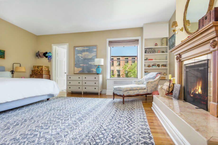 Tiny new york apartments Townhouse Amy Schumers Nyc Apartment 129 West 80th Street 4 Manhattan Ny View Sfgate Nobody Wants To Buy Amy Schumers tiny New York City Apartment