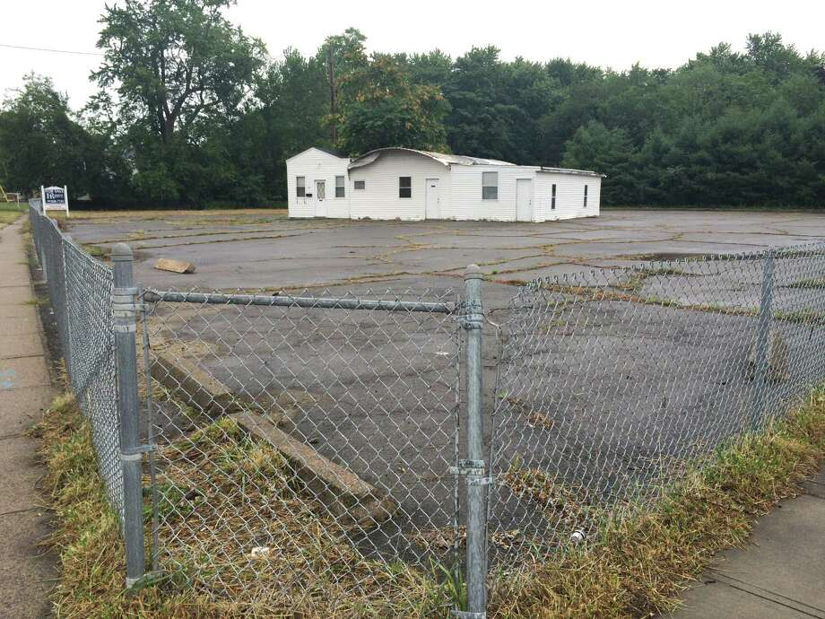 This is the place along Ferry Boulevard in Stratford where a developer has proposed a four-story, 133-unit apartment complex. Photo: John Burgeson / Connecticut Post