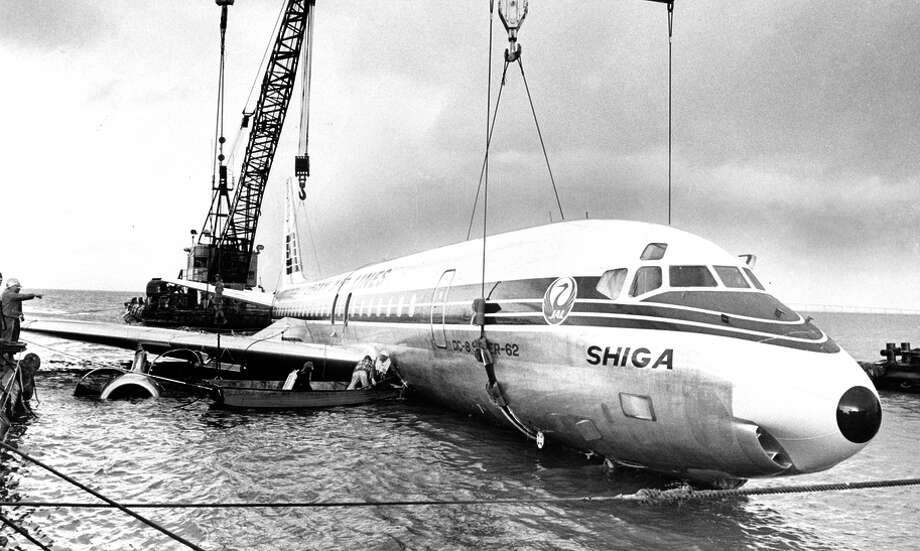 A Japan Air Lines flight is hoisted out of the water after it land ed in San Francisco Bay near Coyote Point on Nov. 22, 1968. / ONLINE_YES