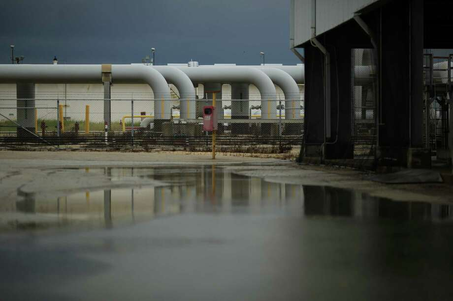 Crude oil pipelines stand at the U.S. Department of Energy's Bryan Mound Strategic Petroleum Reserve in Freeport, Texas, U.S., on Thursday, June 9, 2016. Congress has mandated that the department sell as much as 18 percent of the Strategic Petroleum Reserve, the world's largest supply of emergency crude oil, from 2018 through 2025 to offset some unrelated government expenses. Photographer: Luke Sharrett/Bloomberg Photo: Luke Sharrett / © 2016 Bloomberg Finance LP