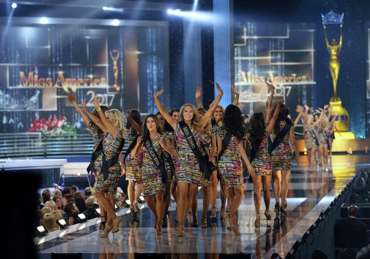 Concursantes saludando durante el concurso Miss America 2017, el domingo 11 de septiembre de 2016 en Atlantic City, New Jersey. (AP Foto/Mel Evans)