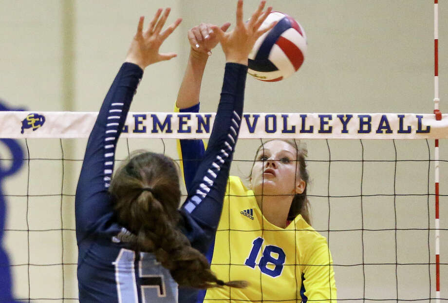 Clemens' Lauren Teske (right) hits past Johnson's Dani Mokry during their match on Sept. 6, 2016. Photo: Marvin Pfeiffer /San Antonio Express-News / Express-News 2016