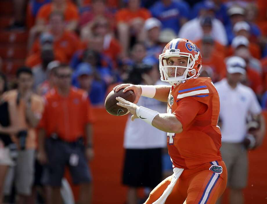 Florida quarterback Luke Del Rio looks for a receiver against Kentucky Photo: John Raoux, Associated Press