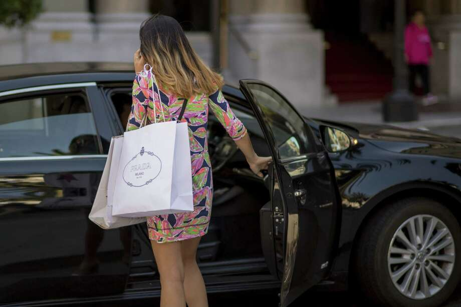 After four straight monthly gains, retail sales fell 0.3 percent in August, a tentative sign of caution for American consumers. Photo: David Paul Morris /Bloomberg News / © 2016 Bloomberg Finance LP
