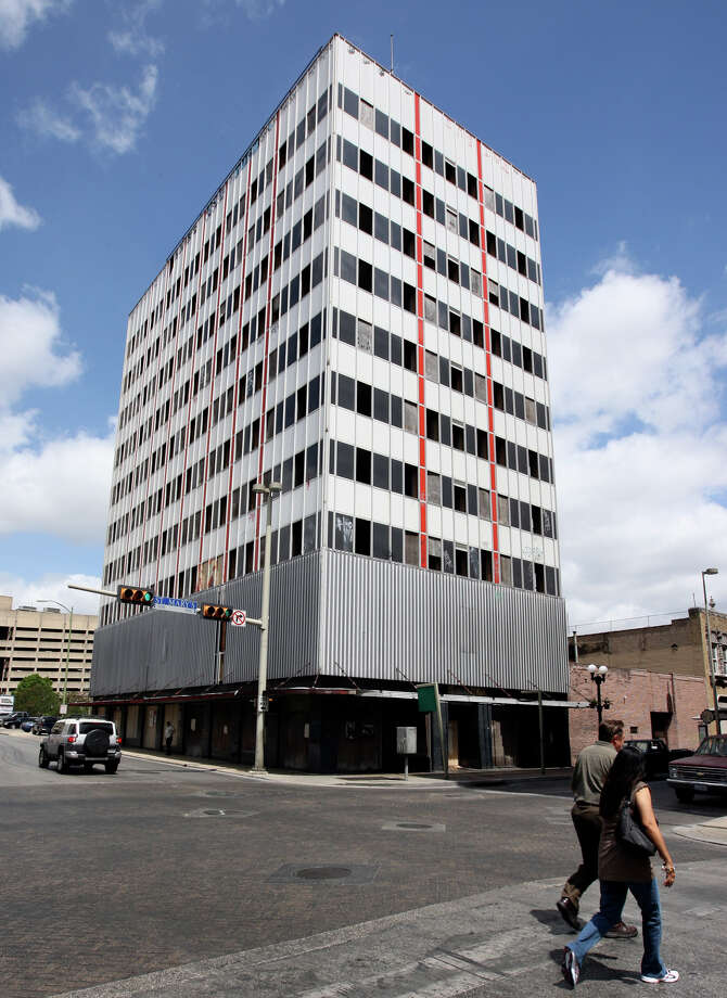 City officials say the vacant building policy has helped persuade the owners of the long-vacant Hedrick building at St Mary's and Martin streets to begin the process of redeveloping it. Photo: Express-News File Photo / gferniz@express-news.net
