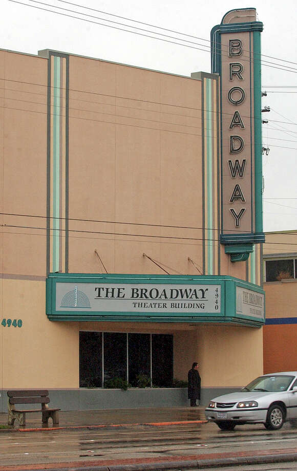 The Broadway Theater, a landmark art deco building on Broadway in Alamo Heights, was sold last week to a pair of companies linked to commercial real estate firm RFM Commercial Inc. Photo: Express-News File Photo / SAN ANTONIO EXPRESS-NEWS