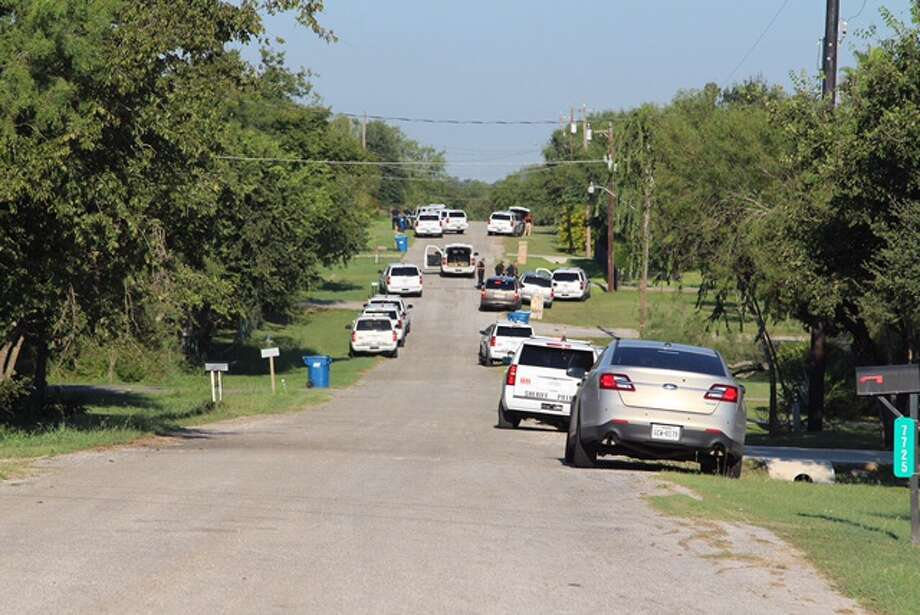 Bexar County Sheriff's deputies and China Grove police search for a shooting suspect Friday morning, Sept. 16, 2016, near China Grove on the county's East Side. Photo: By Tyler White