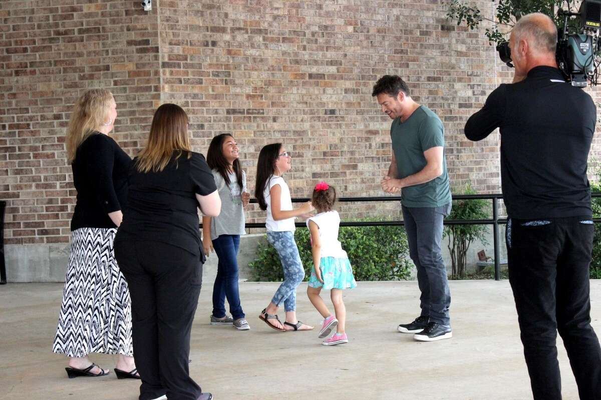 Harry Connick Jr. surprises S.A. girls and their moms at Woodstone Elementary School.