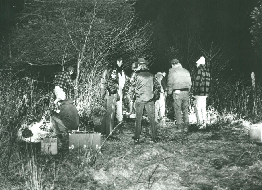 Police at the scene of where Sarah Hunter's body was found on Thanksgiving Day, 1986 (Rutland Herald photo)