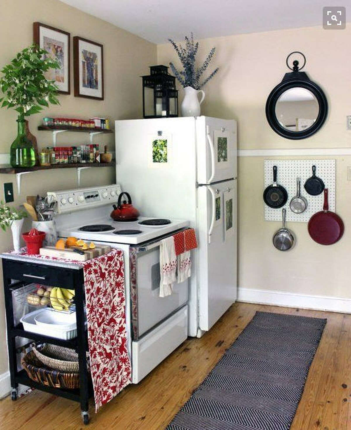 If the apartment is lacking in cabinet space, hanging pots and pans will free up space for some of the smaller items and give the kitchen a modern look. Photo: Pinterest