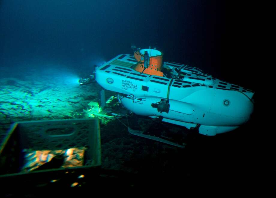 The Pisces IV submersible sits atop the summit of Cook seamount, as seen from the Pisces V, during a dive to the unexplored underwater volcano off the coast of Hawaii's Big Island. Photo: Caleb Jones, Associated Press