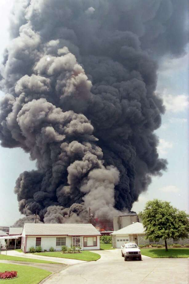 Pleasantville neighbors were evacuated during the 1995 fire at Houston Distribution Inc. Photo: Carlos Antonio Rios, HC Staff / Houston Chronicle