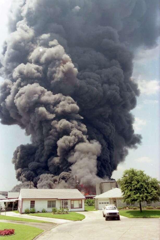 Pleasantville neighbors were evacuated during the 1995 fire at Houston Distribution Inc. Photo: Carlos Antonio Rios, HC Staff / Houston Chronicle