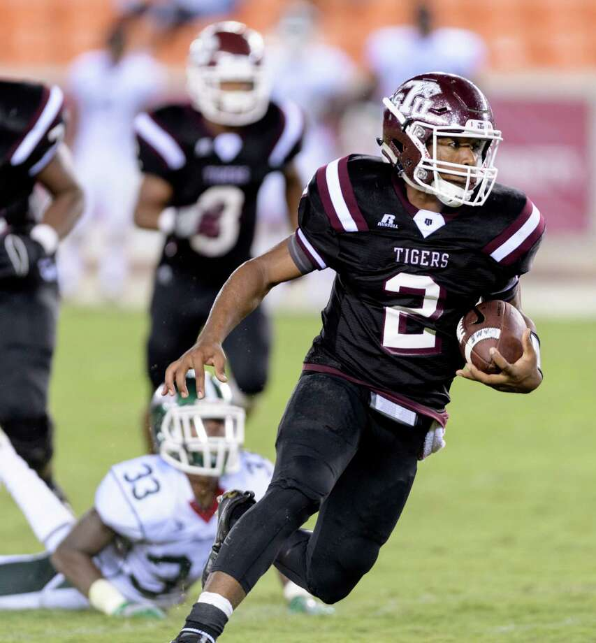 Averion Hurts threw a 41-yard touchdown to Austin Watts late in the fourth quarter for the win as Texas Southern rallied to beat Alabama State 31-27 on Saturday night. Photo: Wilf Thorne, For The Chronicle / © 2016 Houston Chronicle