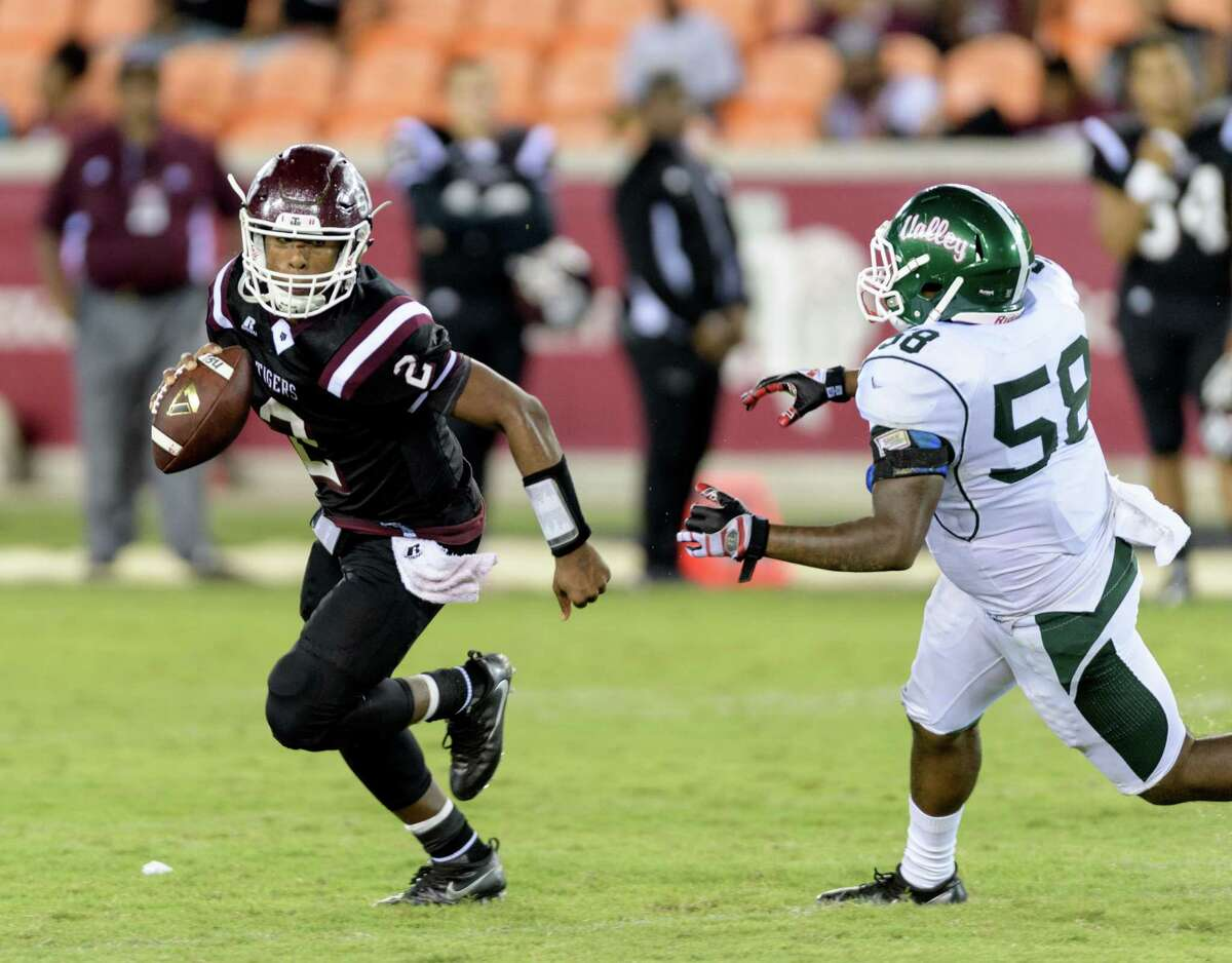 Averion Hurts (2) of the TSU Tigers scrambles from Jerome Pledger (58) of the Mississippi Valley State Devils in the second half of a SWAC college football game on Saturday, September 17, 2016 at BBVA Compass Stadium in Houston Texas.