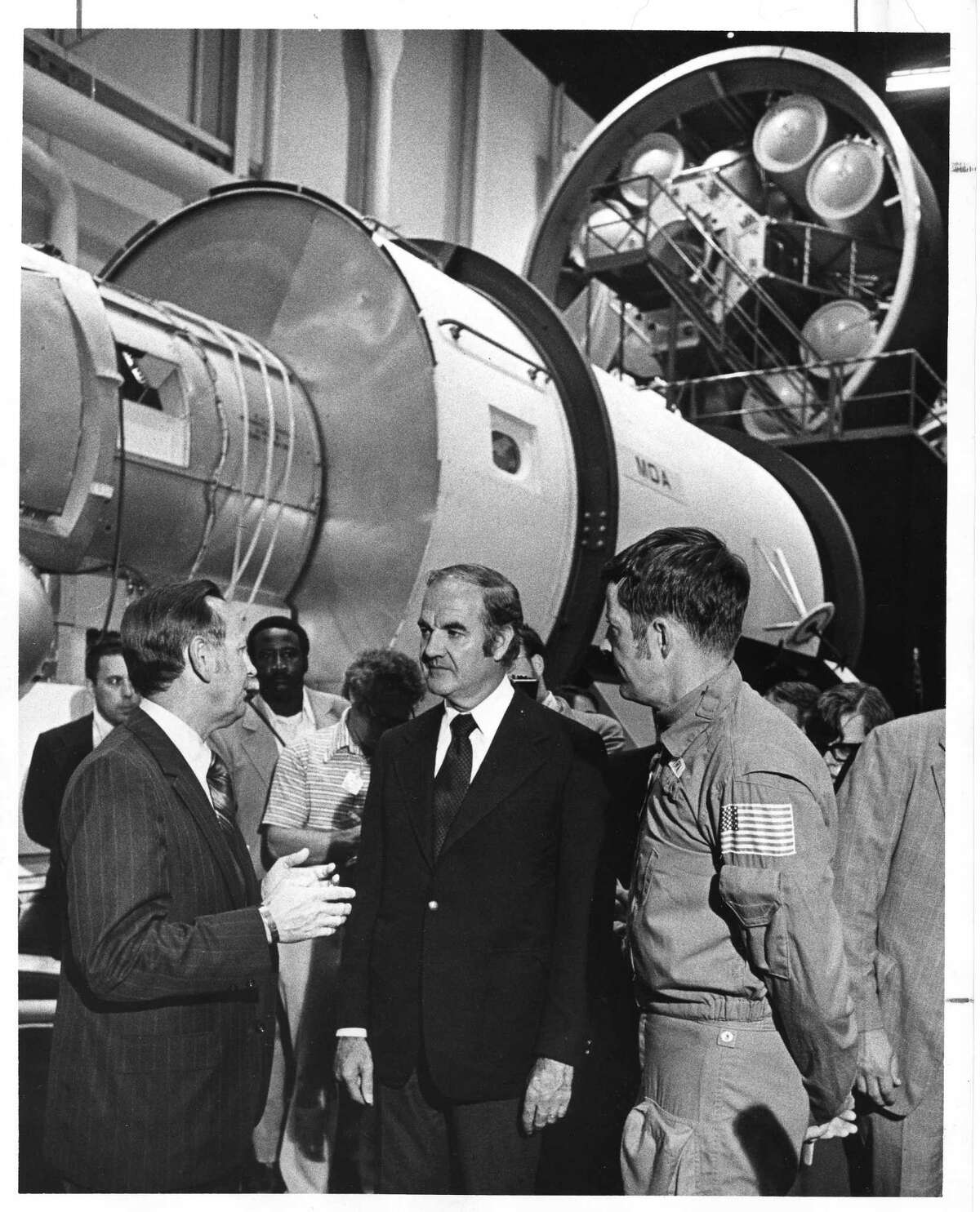 Christopher Kraft, left, joins Sen. George McGovern and astro-naut Joe Kerwin during a briefing in 1972 at the Manned Space Craft Center, later renamed the Lyndon B. Johnson Space Center.