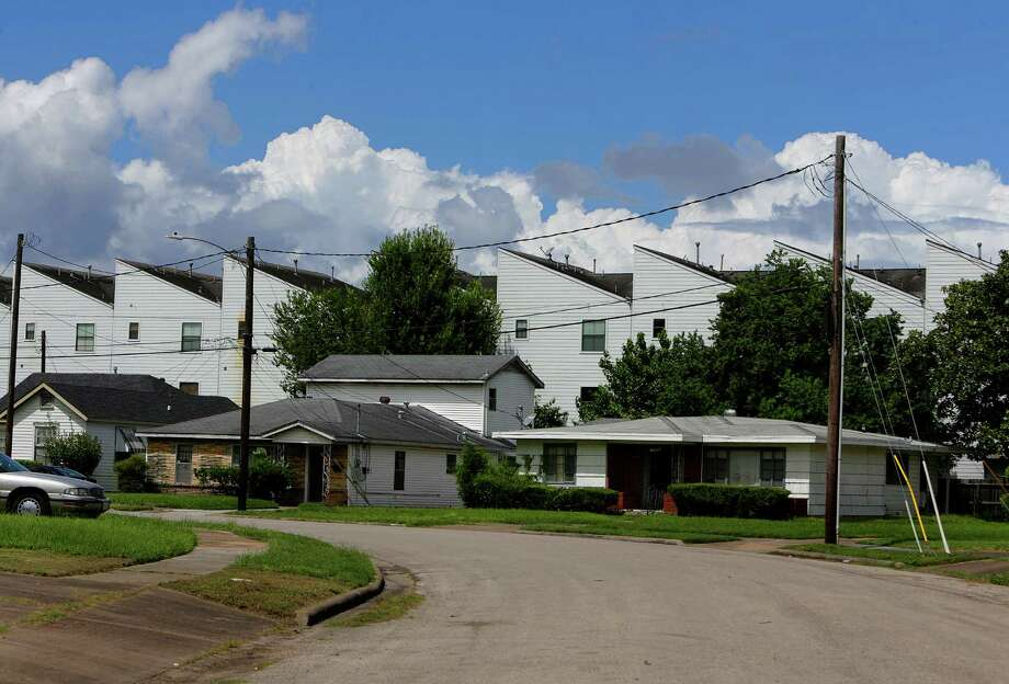 New townhouses stand against older homes near Emancipation Avenue in Third Ward. Photo: Houston Chronicle / © 2016 Houston Chronicle
