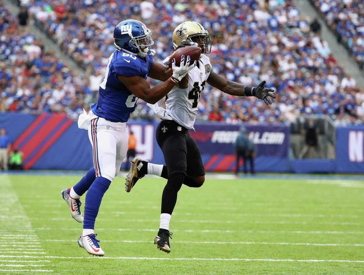 EAST RUTHERFORD, NJ - SEPTEMBER 18: Victor Cruz #80 of the New York Giants makes a catch against Ken Crawley #46 of the New Orleans Saints during the fourth quarter at MetLife Stadium on September 18, 2016 in East Rutherford, New Jersey. (Photo by Al Bello/Getty Images) ORG XMIT: 659049573