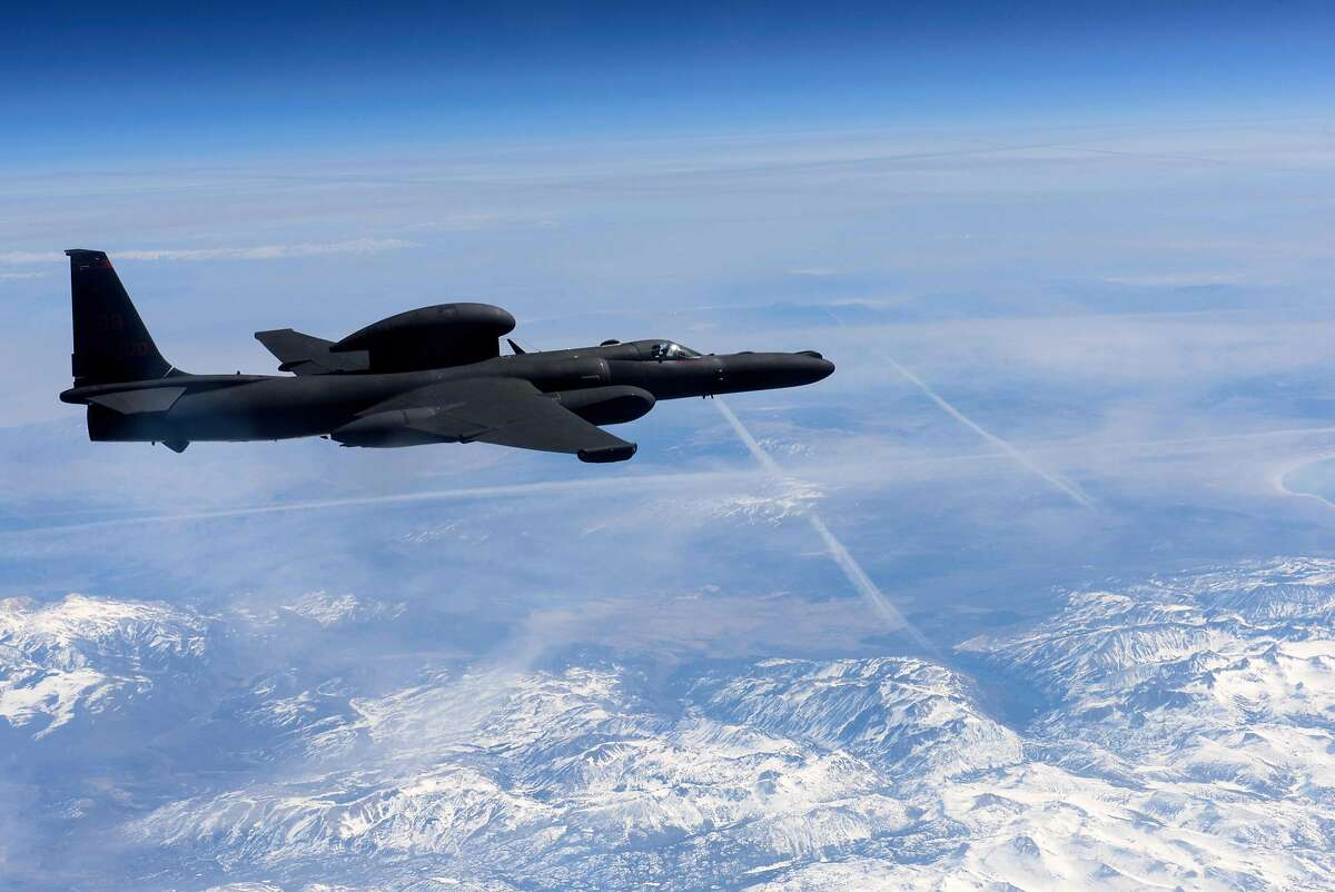 In this March 23, 2016 US Air Force handout photo, a U-2 Dragon Lady flies above the Sierra Nevada Mountain Range, California. A US pilot was killed and another injured after they ejected from a U-2 spy plane on a training mission in rural California, the Air Force said September 20, 2016. The plane crashed around 9:00 am local time (1600 GMT) shortly after takeoff in an unpopulated area in Sutter, north of state capital Sacramento, the Air Force said. The service had initially said both pilots ejected safely, but later confirmed one was killed. The plane was assigned to the 1st Reconnaissance Squadron at Beale Air Force Base, the facility said on Facebook. / AFP PHOTO / US AIR FORCE / Staff Sgt. Robert M. TRUJILLO / RESTRICTED TO EDITORIAL USE - MANDATORY CREDIT