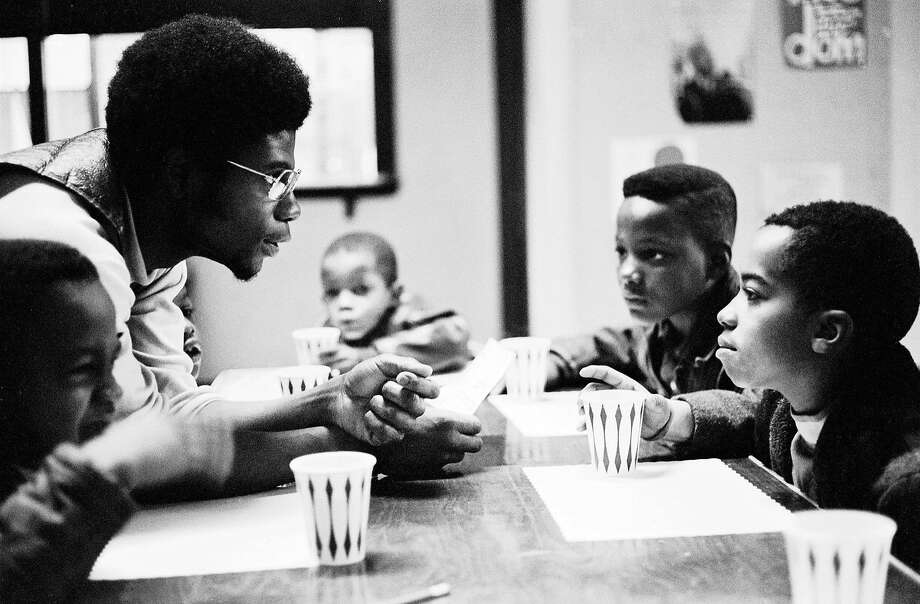 Jerry Odinka Dunigan talks to kids eating breakfast in Chicago in 1970. Photo: Stephen Shames, Courtesy Steven KAsher Gallery, Polaris