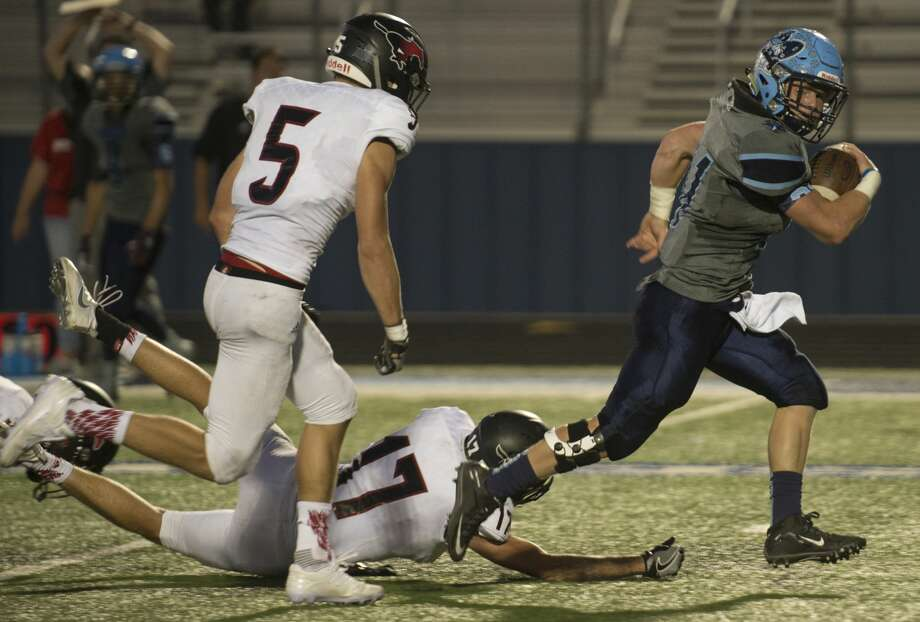 Greenwood's Stace Bell gets away from Shallowater's Mitch Stutler,17, as Tate Whitten, 5, chases him Friday 09-09-16 at J.M. King Memorial Stadium. Tim Fischer/Reporter-Telegram Photo: Tim Fischer/Midland Reporter-Telegram
