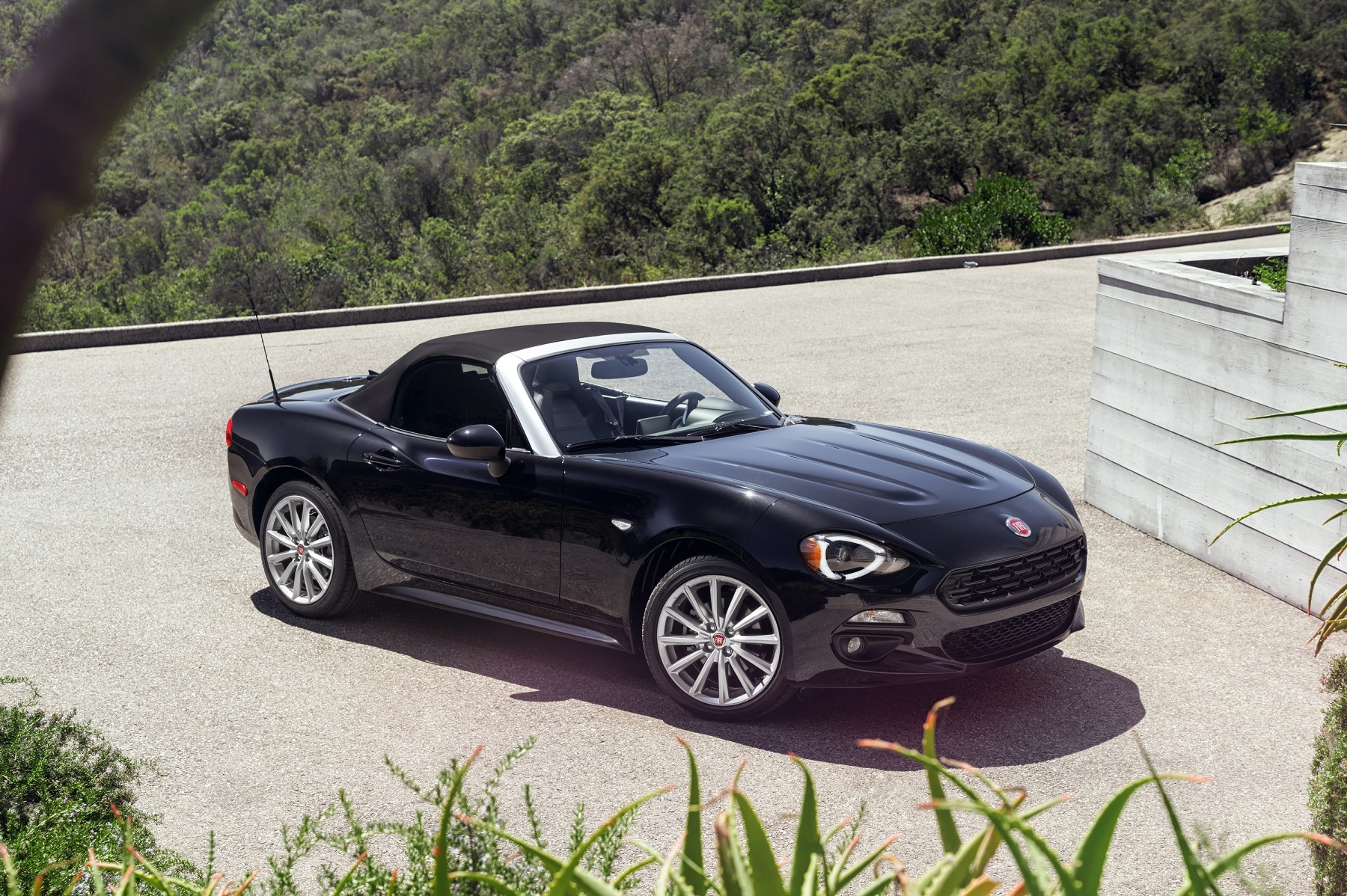2017 Fiat 124 Spider pays homage to the original model