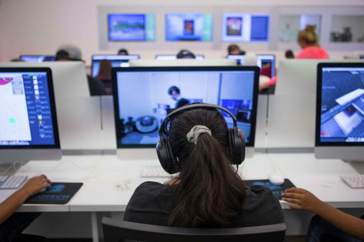 A student studies at the digital library in San Antonio. ( Marie D. De Jesus / Houston Chronicle )