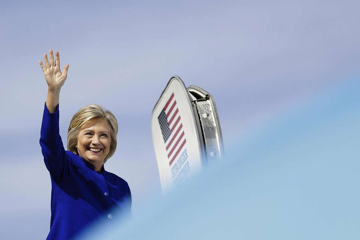Democratic presidential candidate Hillary Clinton waves as she boards her campaign plane at Westchester County Airport, in White Plains, N.Y., Wednesday, Sept. 21, 2016. (AP Photo/Matt Rourke)