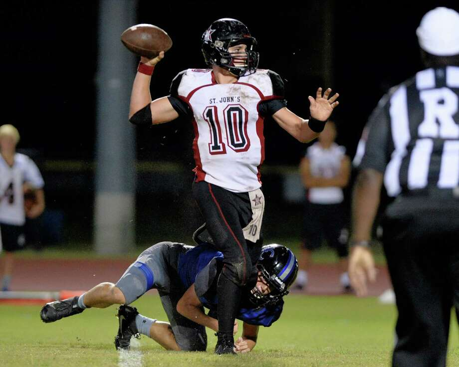 Quarterback Wesley Gow (10) of St. Johns connects with Malcolm Sturgis (21) for a 2-point conversion at the beginning of the third quarter during a high school football game between the Houston Christian Mustangs and St. John's Mavericks on September 23, 2016 at Mustang Stadium, Houston, TX. Photo: Craig Moseley, Houston Chronicle / ©2016 Houston Chronicle