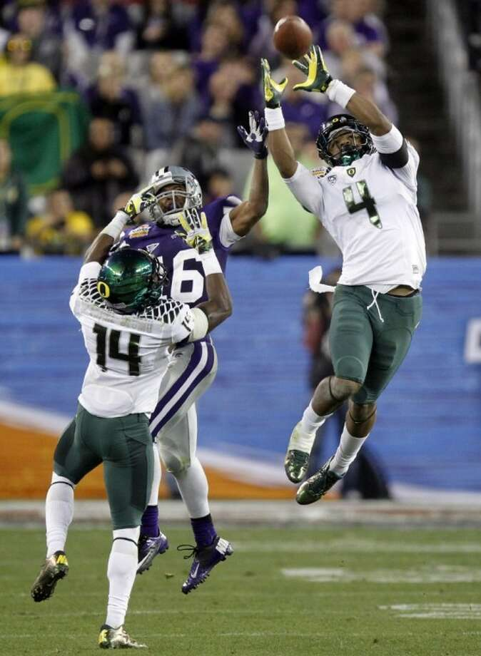 Oregon's Erick Dargan (4) intercepts a pass intended for Kansas State's Tyler Lockett. Oregon defeated K-State 35-17 in the Fiesta Bowl. Photo: Matt York