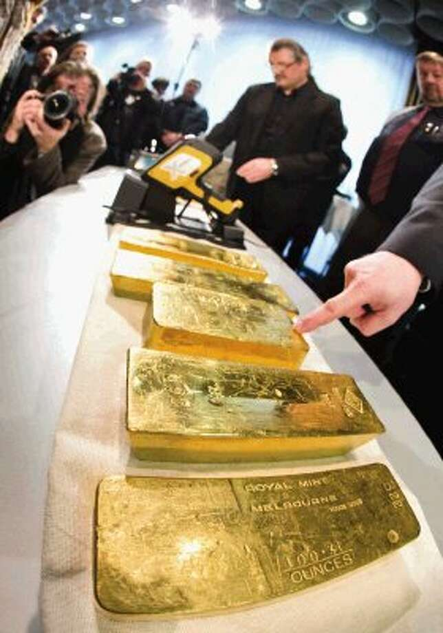 Gold ingots are on display during a press conference of Germany's Central Bank at their headquarters in Frankfurt, Wednesday Jan. 16, 2013. Germany's central bank is to bring back home some US 36 billion ( 27 billion euro) worth of gold stored in the United States and France. The Bundesbank said in a statement Wednesday that it will repatriate all 374 tons of gold it had stored in Paris by 2020. An additional 300 tons - equivalent to 8 percent of the Bundesbank's total reserves worth about US 183 billion will also be shipped from New York to Frankfurt. Frankfurt will hold half of Germany's 3,400 tons of gold by 2020, with New York retaining 37 percent and London storing 13 percent. The move follows criticism from Germany's independent Federal Auditors' Office last year bemoaning the central bank's oversight of gold reserves abroad. / AP2013