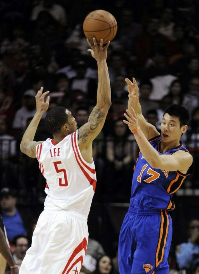 Houston Rockets' Courtney Lee blocks a pass from New York Knicks' Jeremy Lin in the second half of an NBA basketball game, Saturday in Houston. Photo: Pat Sullivan
