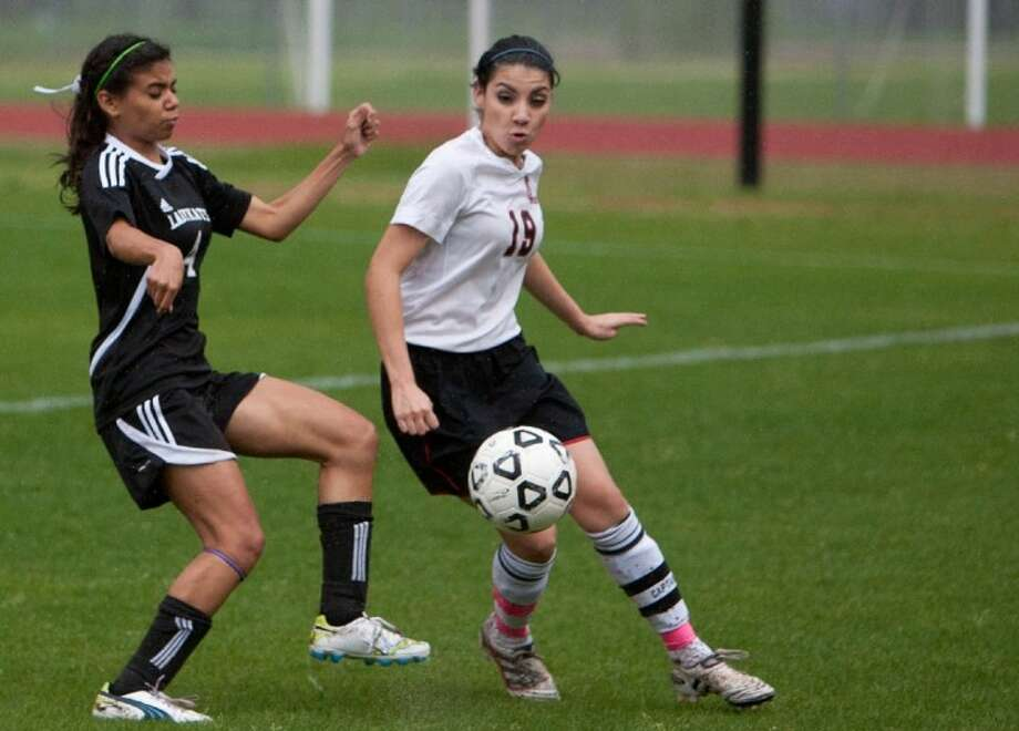 Willis' Melissa Rodriguez battles against Porter's Karina Chapa during Tuesday night's game at Porter High School. Photo: Staff Photo By Eric S. Swist