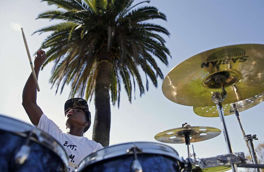 18-year-old Aaron Davis of Oakland includes some drum stick tosses in his playing near Lake Merritt in Oakland, California on Sat. Sept. 24, 2016, as temperatures soar throughout the Bay Area. Photo: Michael Macor, The Chronicle