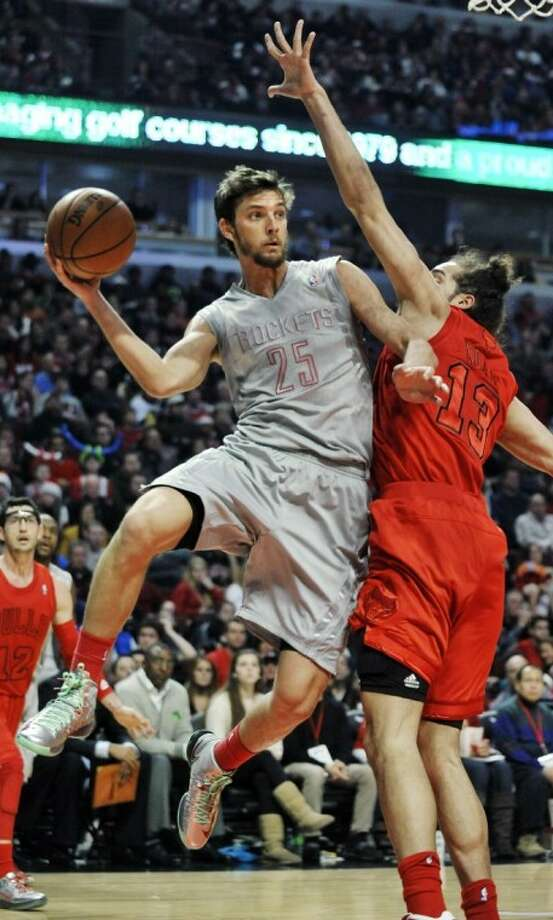 The Houston Rockets' Chandler Parsons looks to pass around the Chicago Bulls' Joakim Noah during the first quarter of Tuesday's game in Chicago. Photo: PAUL BEATY