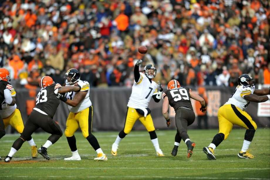 Pittsburgh Steelers quarterback Ben Roethlisberger throws a pass against the Cleveland Browns on Sunday in Cleveland. Photo: David Richard