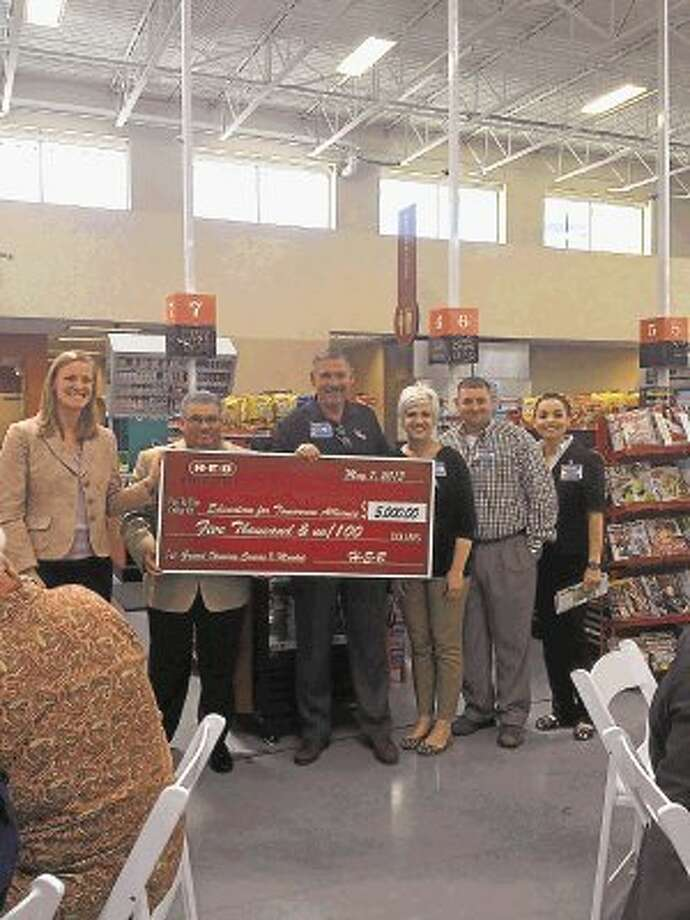 The H-E-B Conroe Market leadership team presents a donation to Education for Tomorrow Alliance. / @WireImgId=2628008