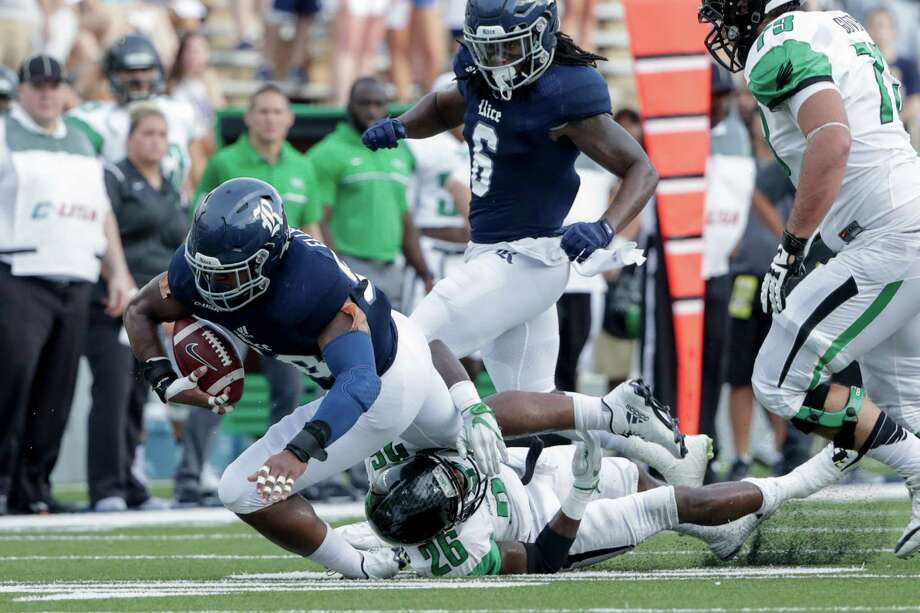 Rice Owls linebacker Emmanuel Ellerbee (58) recovers a fumble during the NCAA football game between the North Texas Mean Green and the Rice Owls at Rice Stadium in Houston, TX on Saturday, September 24, 2016.  The Owls lead the Mean Green 17-14 at halftime. Photo: Tim Warner, For The Chronicle / Houston Chronicle