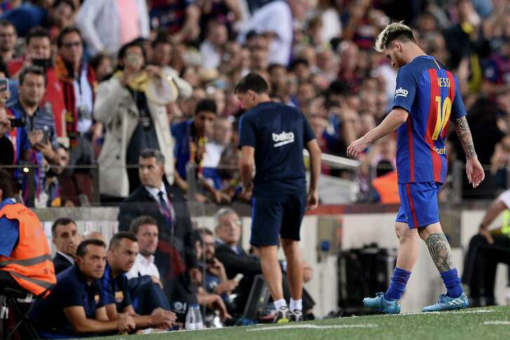 Barcelona's Argentinian forward Lionel Messi leaves the pitch after being injured during the Spanish league football match FC Barcelona vs Atletico de Madrid at the Camp Nou stadium in Barcelona on September 21, 2016. / AFP PHOTO / JOSEP LAGOJOSEP LAGO/AFP/Getty Images
