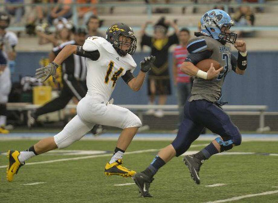 Greenwood's Stace Bell races away from Seminole's Johnathan Knelson for the first touchdown Friday 8-28-2015 at J.M. King Memorial Stadium in Greenwood. Tim Fischer\Reporter-Telegram Photo: Tim Fischer/Reporter-Telegram
