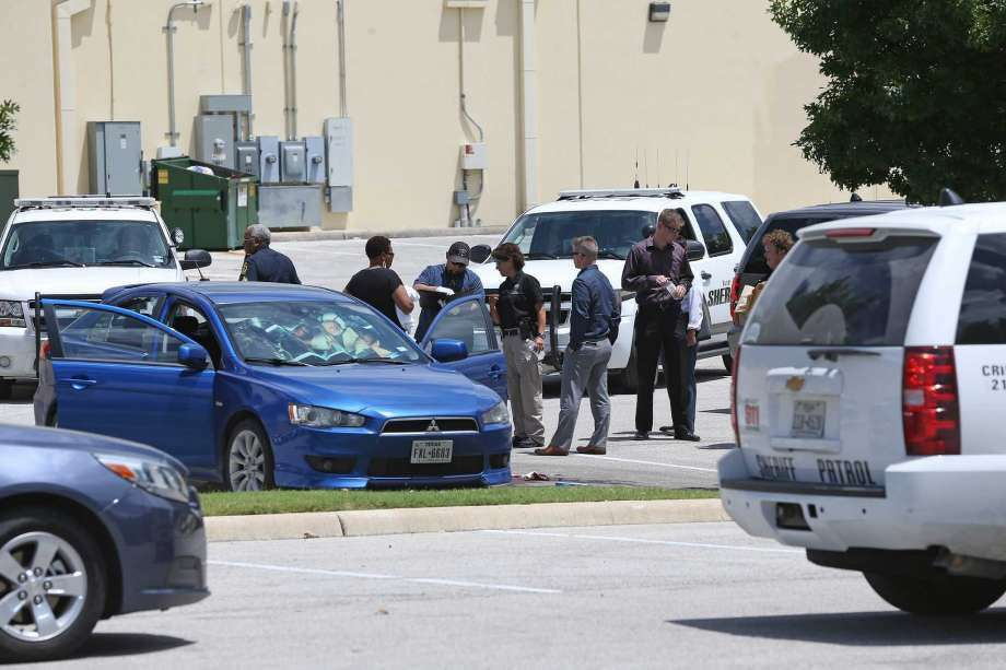Sheriff's investigators go over the scene of an apparent suicide behind the Taget store at 1604 and Culebra on June 24, 2016. Photo: Photo: SAN ANTONIO EXPRESS-NEWS