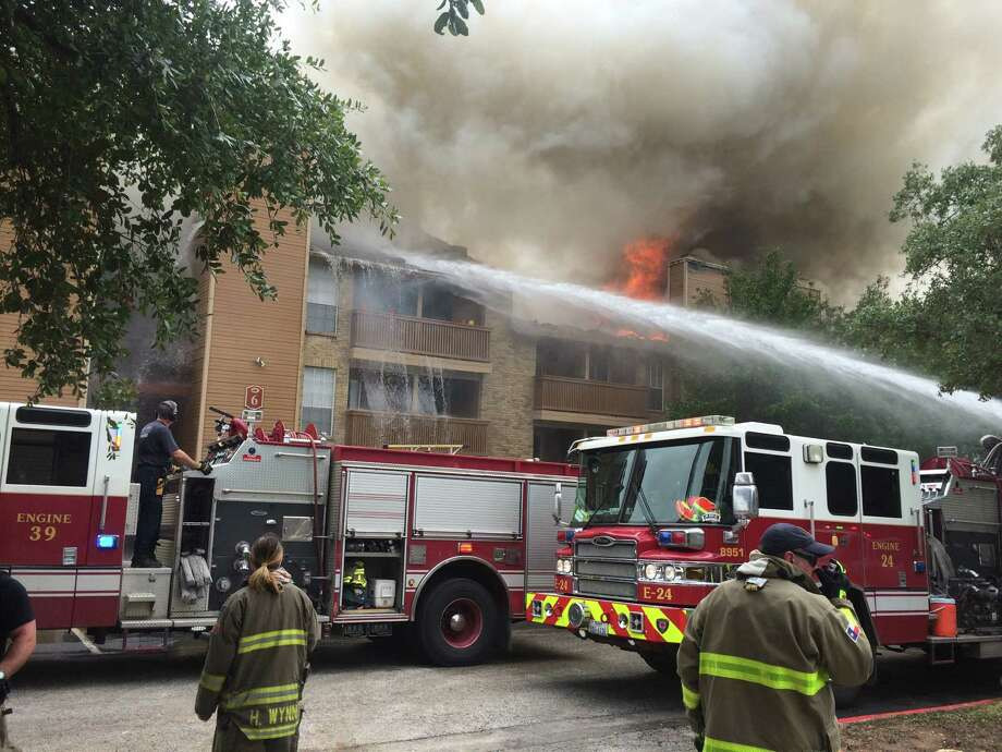 San Antonio crews respond to the scene of a fire at the Oak Springs apartments on the Northeast Side on Monday, September 26, 2016. Photo: John Davenport, John Davenport/SA Express-News / San Antonio Express-News