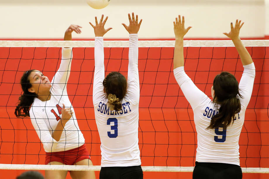 Southside's Mia Soto (left) hits the ball past Somerset's Lauren Valero and Ana Paredez on Sept. 16, 2014. Photo: Marvin Pfeiffer /San Antonio Express-News / Express-News 2014