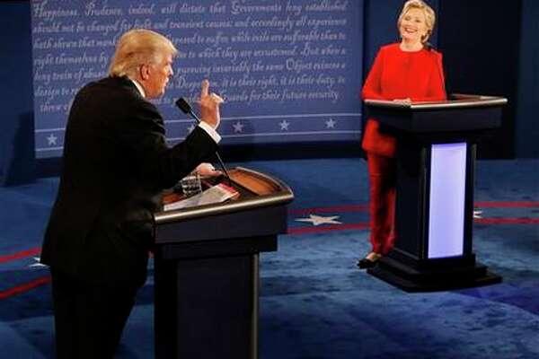 La candidata presidencial demócrata Hillary Clinton sonríe mientras su rival republicano Donald Trump habla durante el debate rumbo a la Casa Blanca en la Universidad Hofstra en Hempstead, Nueva York, el lunes 26 de septiembre de 2016. (Rick T. Wilking/Pool vía AP)