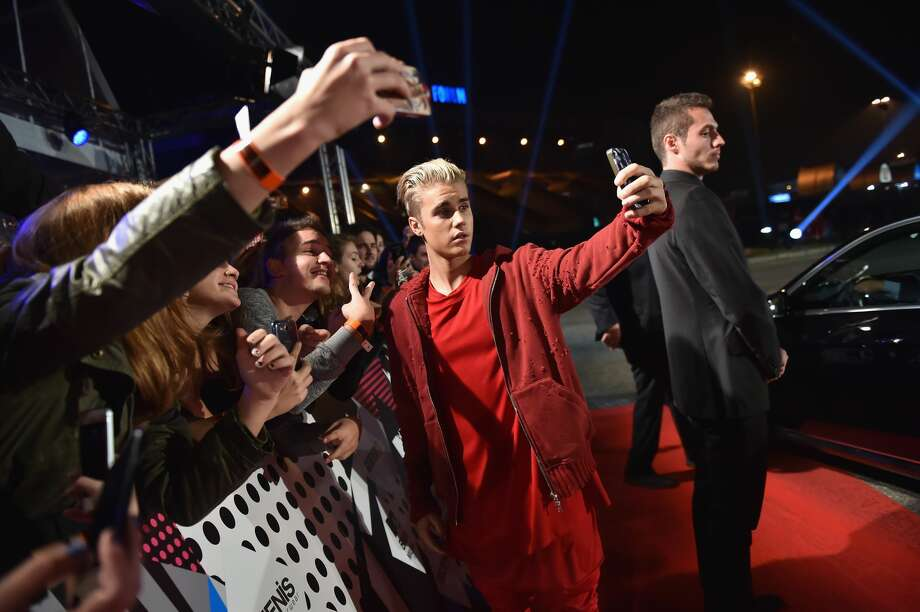 MILAN, ITALY - OCTOBER 25:  (EXCLUSIVE COVERAGE) Justin Bieber takes a selfi with fans at the MTV EMA's 2015 at the Mediolanum Forum on October 25, 2015 in Milan, Italy.  (Photo by Gareth Cattermole/MTV 2015/Getty Images for MTV) Photo: Gareth Cattermole/MTV 2015/Getty Images For MTV