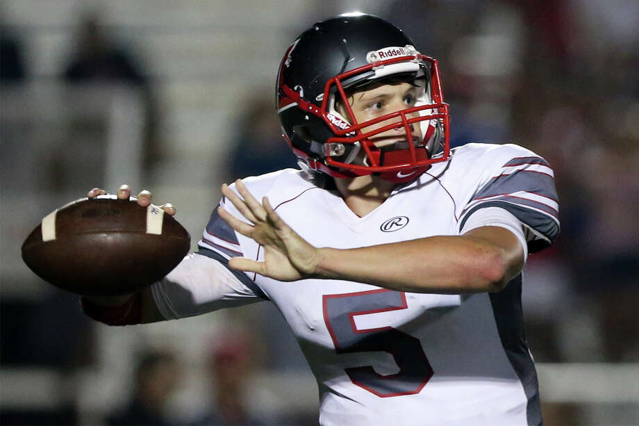 Lee quarterback Kyle Fuller looks to throw during the first half of their District 26-6A game with Johnson at Comalander Stadium on Sept. 24, 2015. Photo: Marvin Pfeiffer /San Antonio Express-News / Express-News 2015
