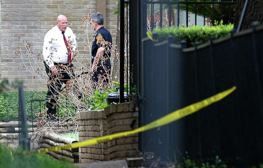 San Antonio Police including Chief William McManus investigate a scene where three male individuals were discovered shot at the La Paloma Apartments off West Rampart on Tuesday, Sept. 27, 2016. Photo: Kin Man Hui, San Antonio Express-News / ©2016 San Antonio Express-News