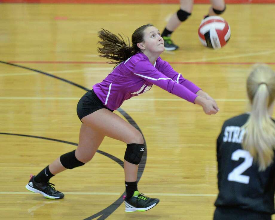 Eileen Gex (10) of Stratford digs a ball during the first set of a high school volleyball game between the Memorial Mustangs and Stratford Spartans on September 27, 2016 at Memorial High School, Houston, TX. Photo: Craig Moseley, Houston Chronicle / ©2016 Houston Chronicle