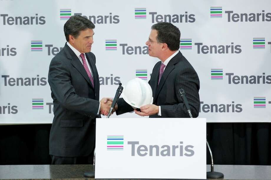 Texas Gov. Rick Perry shakes hands with Germán Curá, president of Tenaris North America.